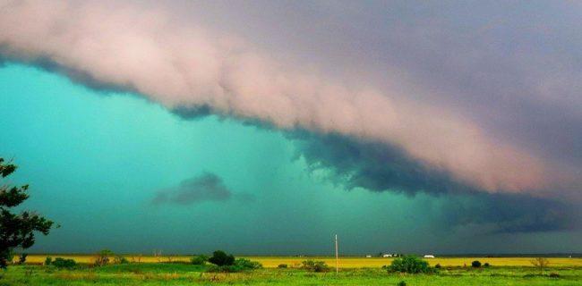 Некоторые облака имеют зеленоватый оттенок